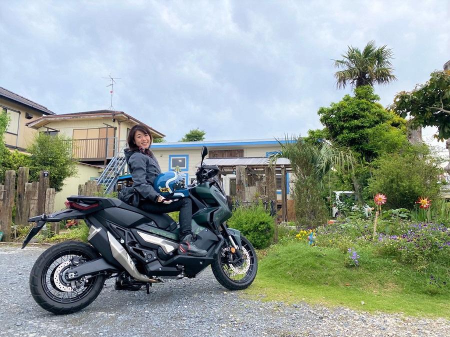 HONDA X-ADVと女性ライダー 水色のヘルメットでおしゃれさUP