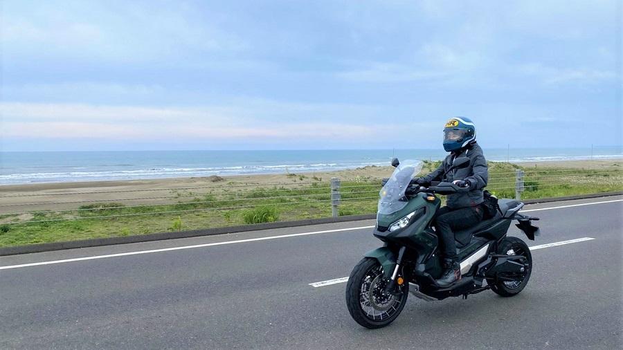 ホンダX-ADVに乗る女性ライダー、海沿いを颯爽とツーリングの様子