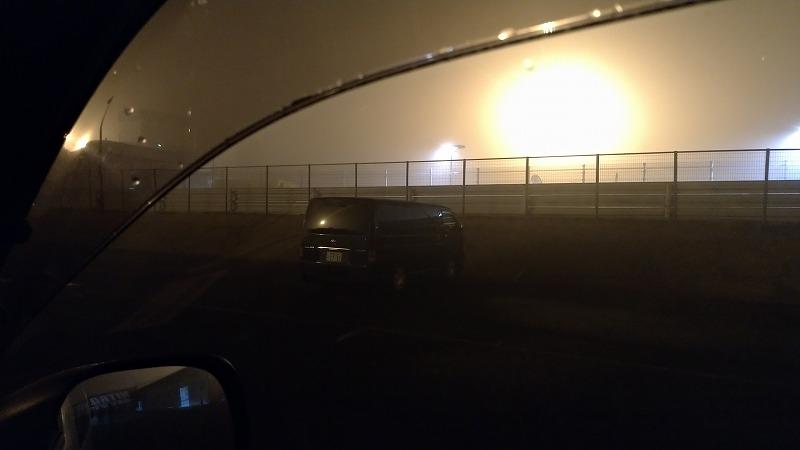 筑波サーキットの早朝 霧が深い様子