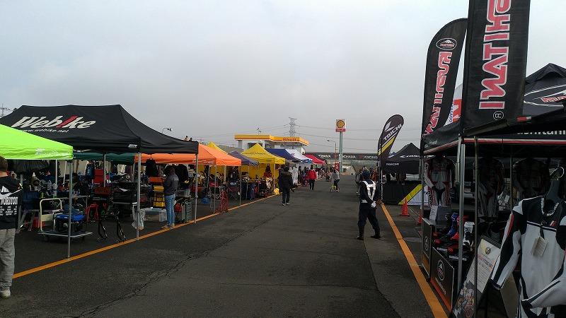 筑波サーキット レース当日パドック内にテントが立ち並ぶ様子