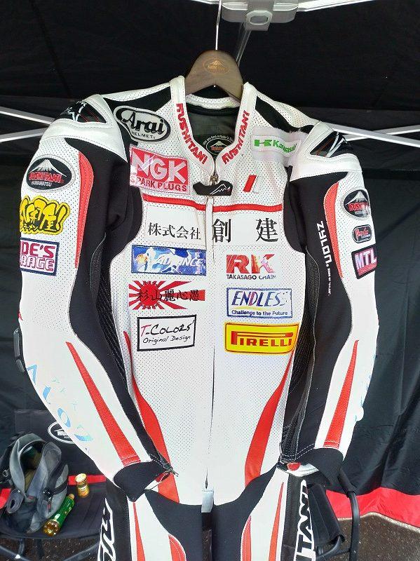 レーシングスーツへのワッペン付けサービス