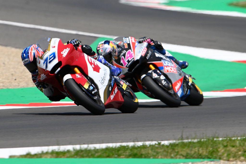moto2の小椋選手(#79)はアルボリーノ選手(#14)を終盤に交わして6位に浮上した