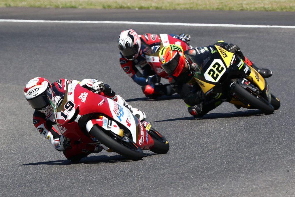 イタリアGPのmoto3クラスにて、アンディ選手(#19)はバルトリーニ選手(#22)や松山選手と20番手争いを展開